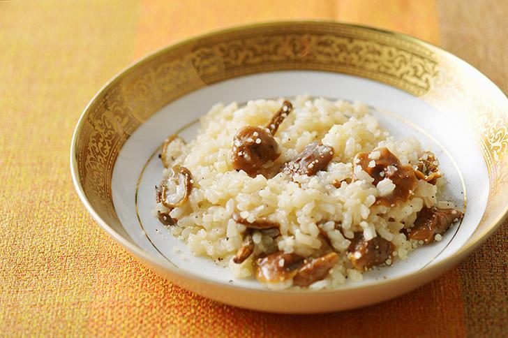 米がアルデンテになったらチーズ、バターを加え、塩こしょうをして味を調えます。